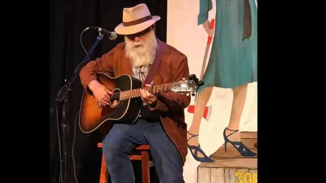 Músico David Olney morre em cima do palco aos 71 anos