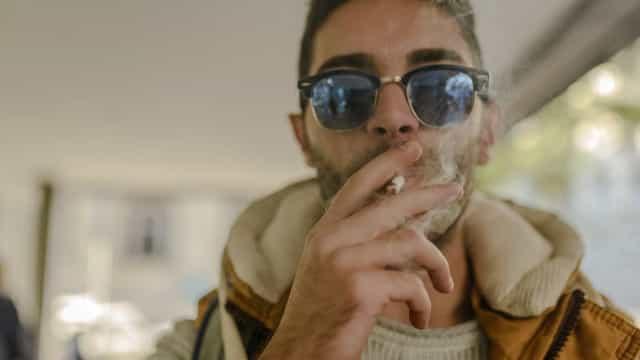 Fumantes e ex-fumantes sentem dor com mais intensidade. Ciência explica