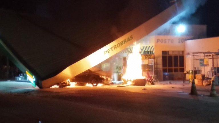 Carro colide em bomba de gasolina e deixa posto de combustível parcialmente destruído, em Cedro