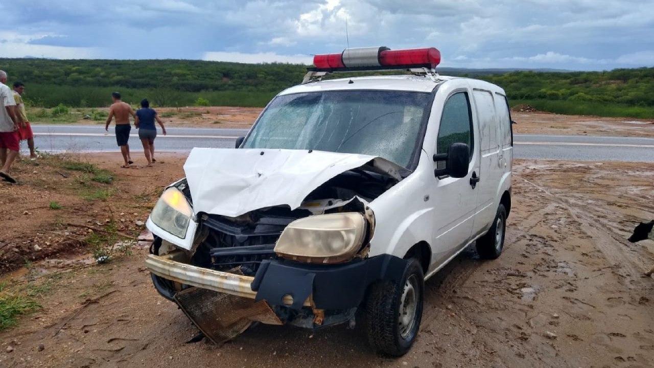 Passageira morre em colisão entre motocicleta e ambulância, em Acopiara