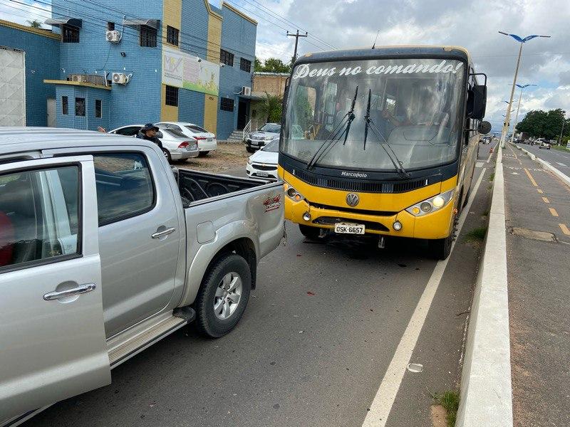Ônibus escolar de Caririaçu-CE causa acidente na Avenida Padre Cícero entre Crato e Juazeiro do Norte-CE e motorista estava com habilitação vencida