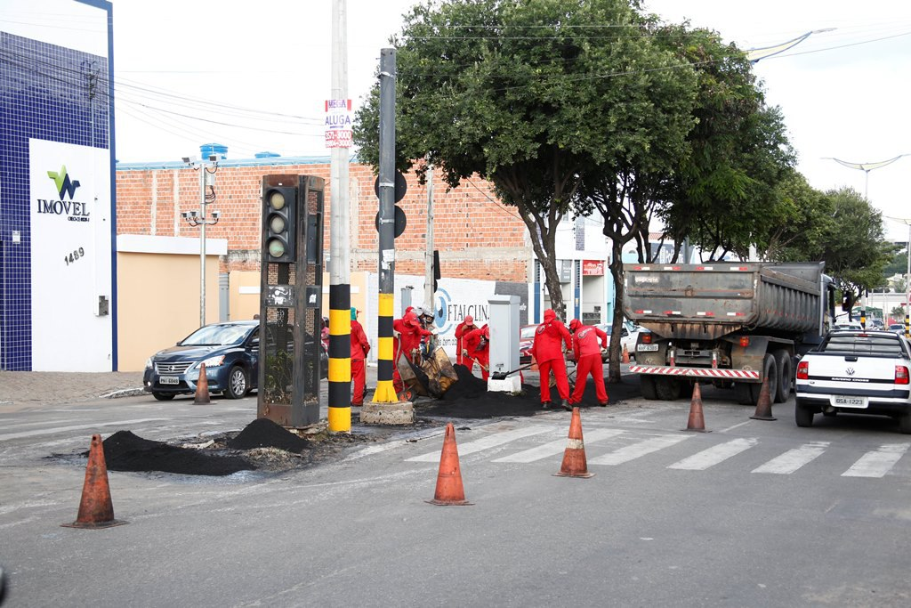 Seinfra revitaliza canteiro central da Avenida Castelo Branco nos bairros Limoeiro, Pirajá e Romeirão