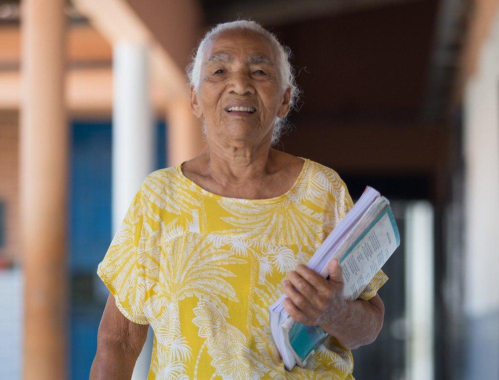 Cearense inicia estudos aos 83 anos, após vida de proibições pelo marido: 'meu maior sonho é de aprender'