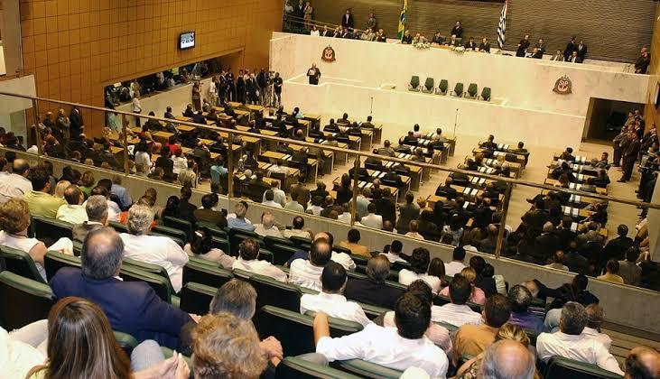 Deputados de São Paulo aprovam redução salarial de 30%; 320 milhões vão para a luta contra o covid-19
