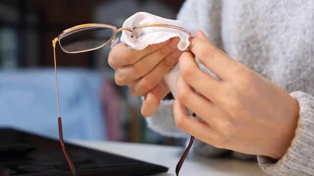 Truque para limpar as lentes dos óculos sem riscá-las ou manchá-las