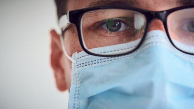 Saiba como evitar que seus óculos embacem ao usar máscara