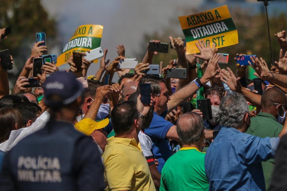Bolsonaro vai à manifestação e cumprimenta apoiadores, que fazem críticas a STF