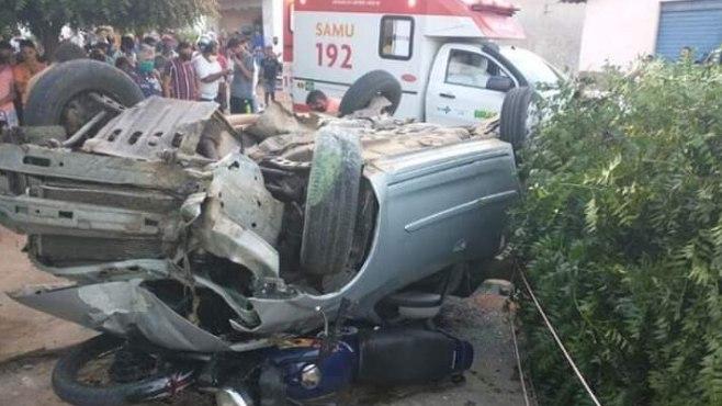 Carro atinge casa e motocicleta após motorista perder o controle da direção no interior do Ceará