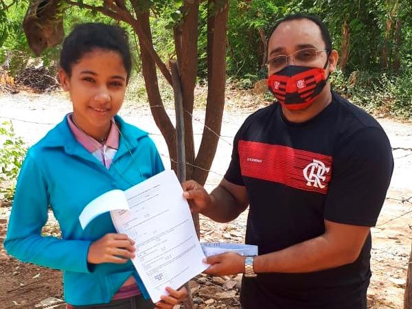 Secretaria de Educação de Santana do Cariri entrega atividades no domicílio dos estudantes que não têm acesso a internet