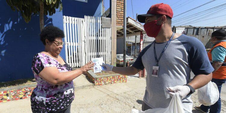 Famílias carentes devem receber kits de máscaras a partir desta segunda (27) em Aurora