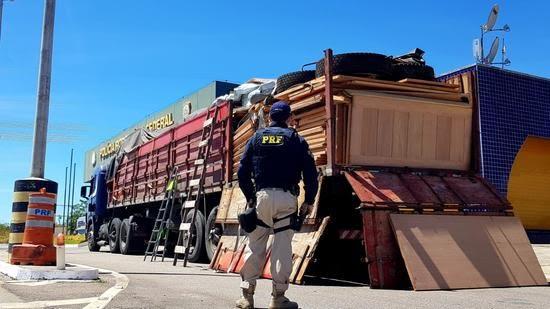 PRF apreende 4 m³ de madeira escondida em caminhão e prende motorista na BR-116, em Milagres