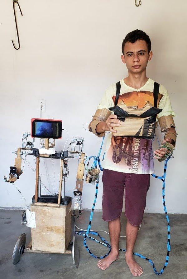 Conhecido como 'Gênio Ibicuitinga', jovem constrói robô caseiro com material reciclável e sucata no interior do Ceará