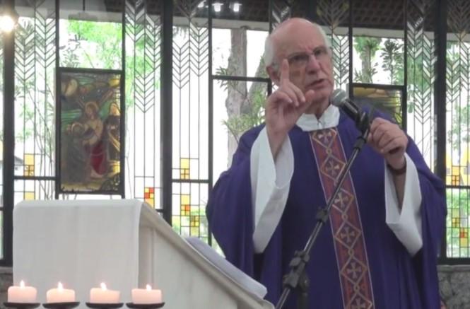 """""""A população de rua reproduz a sociedade"""", diz padre após receber ameaça"""