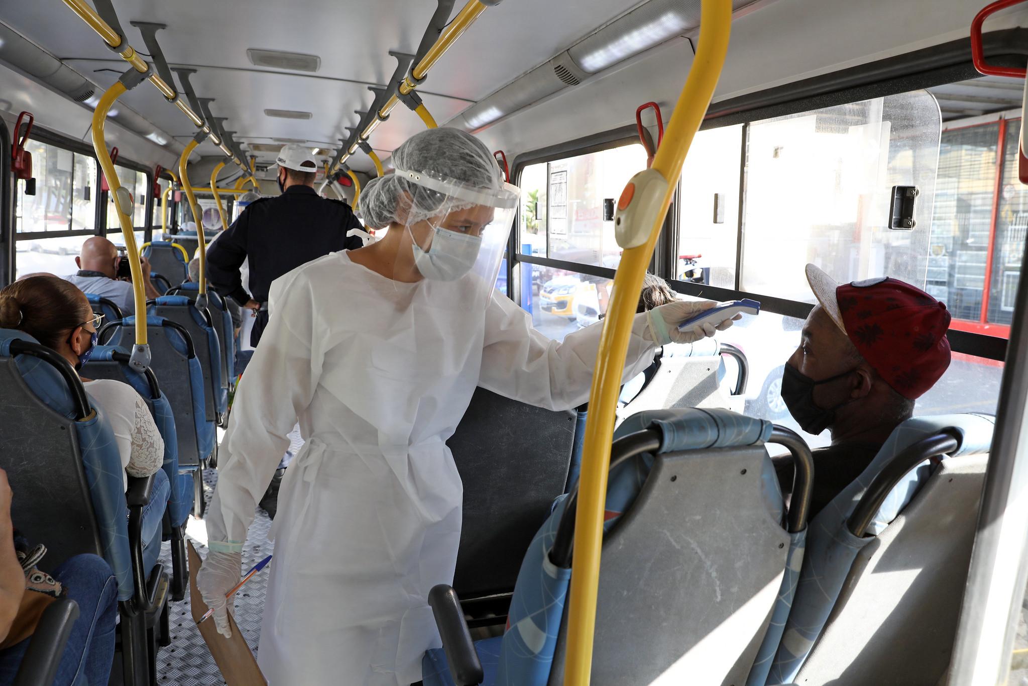 Anvisa esclarece que medição de temperatura pela testa não causa danos à saúde