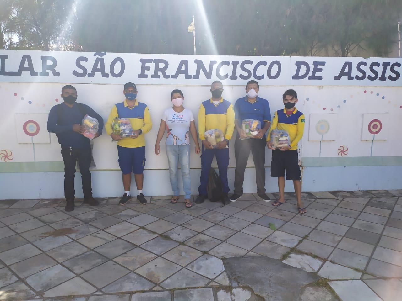 Funcionários dos Correios doam cestas básicas para o Lar ACOLD, em Barbalha