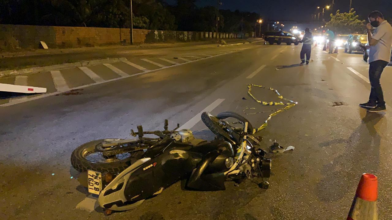 Motociclista atropela homem que empurrava esposa cadeirante na BR-116, em Fortaleza