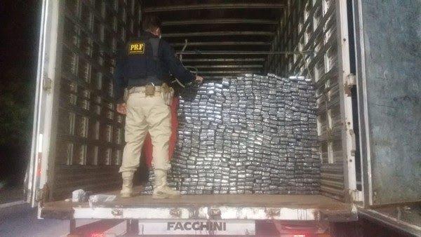 PRF apreende caminhão que vinha do Mato Grosso do Sul para Fortaleza com 800 kg de maconha, armas e munição