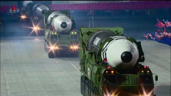 Coreia do Norte exibe míssil balístico gigante em desfile militar