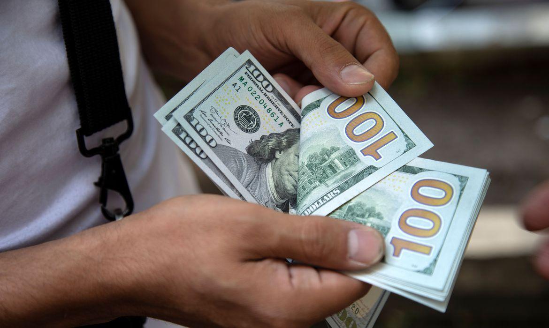 Dólar fecha no menor valor em quase um mês com eleições nos EUA