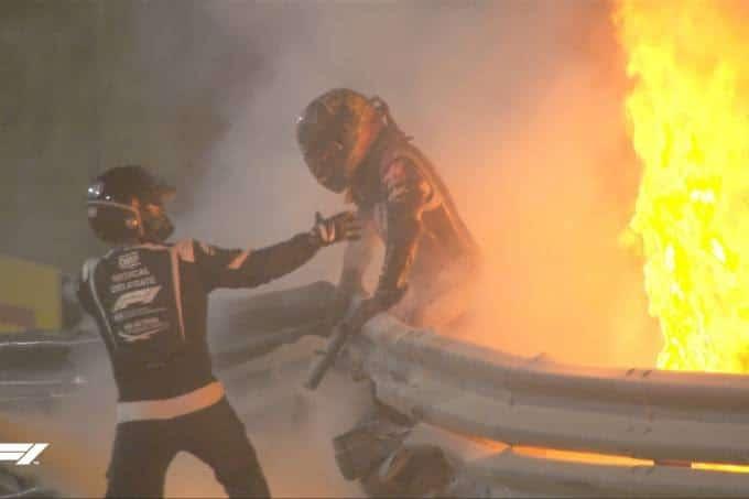 Piloto sai de carro pegando fogo em acidente grave na Fórmula 1