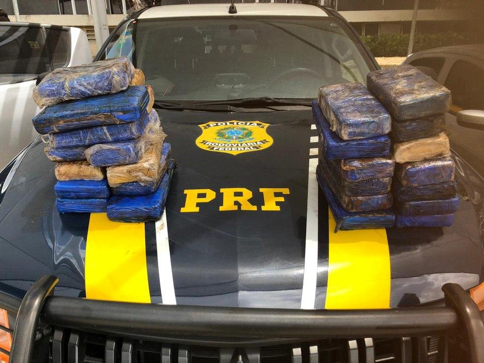 PRF apreende droga avaliada em R$ 3,9 milhões em carroceria de carro no Ceará; dupla foi presa