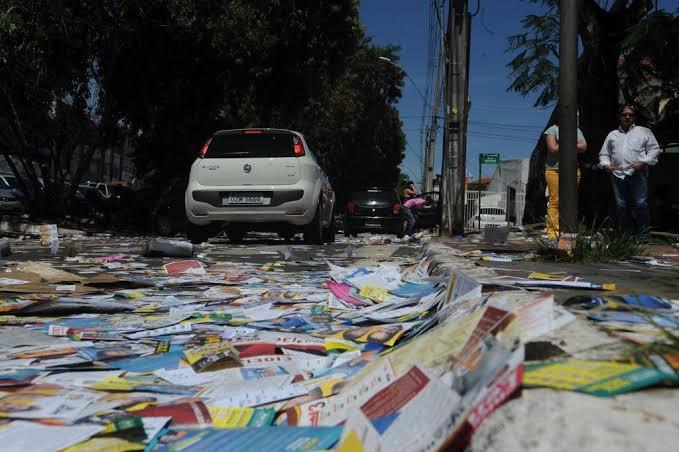 MP Eleitoral pede que Justiça multe 43 candidatos do Crato por poluir ruas com derrame de santinhos