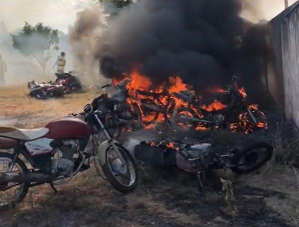 Crianças de 9 e 10 anos jogam bomba e incendeiam 10 motos em pátio do Demutran de Caririaçu