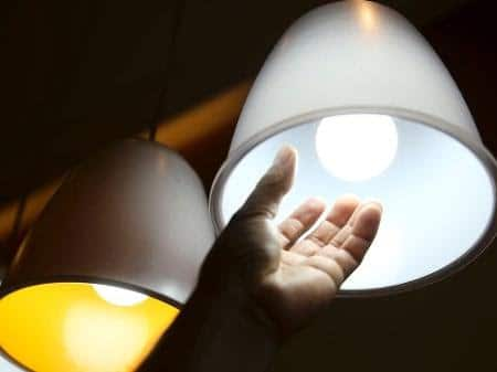 Conta de luz voltará a ter cobrança de taxa extra em dezembro, decide Aneel