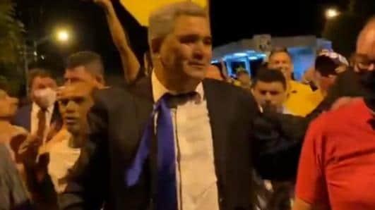 Multidão caminha sem máscara em comemoração à posse nas ruas de Farias Brito