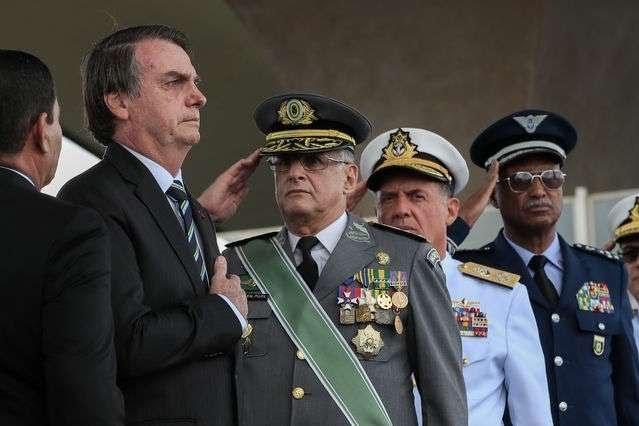 Forças Armadas é que decidem se 'povo vai viver numa democracia ou numa ditadura', diz Bolsonaro
