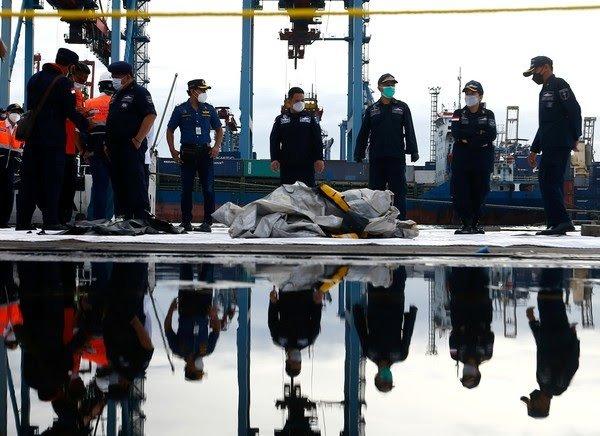 Caixas-pretas de avião que caiu na Indonésia são localizadas