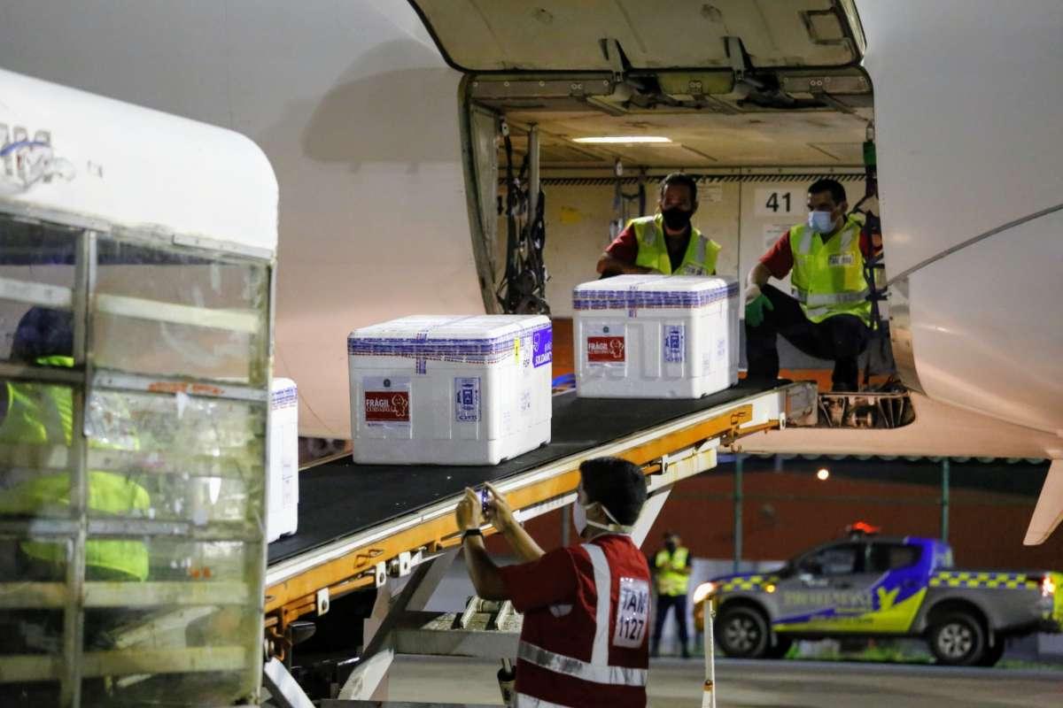 Novo lote com mais 49.200 doses de vacinas contra a Covid chega ao Ceará