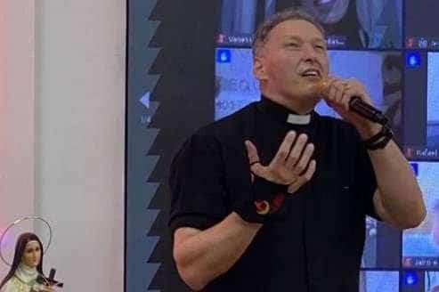 Padre Marcelo Rossi reaparece musculoso e vira assunto nas redes sociais