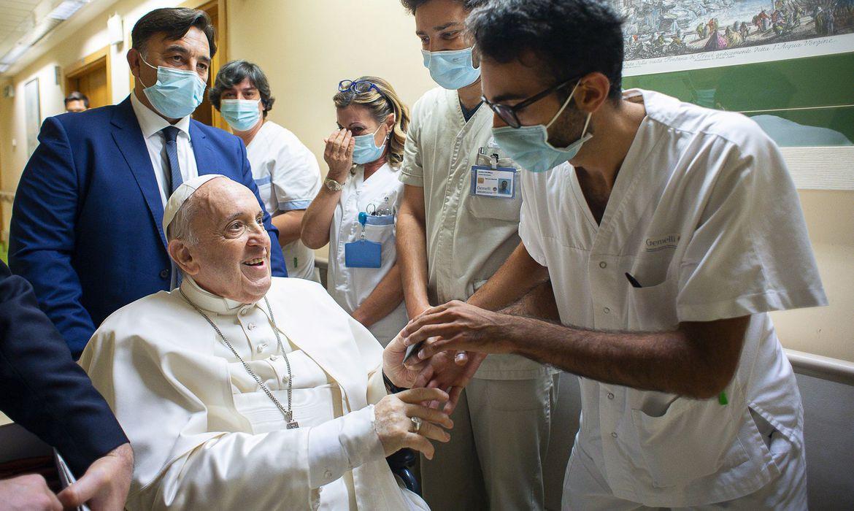 Papa Francisco deixa o hospital