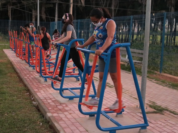 Academia popular é instalada na Praça do Palmeiral