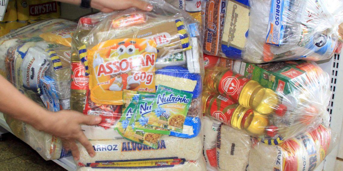 Governo de Barbalha inicia entrega de cartões do auxílio cesta básica