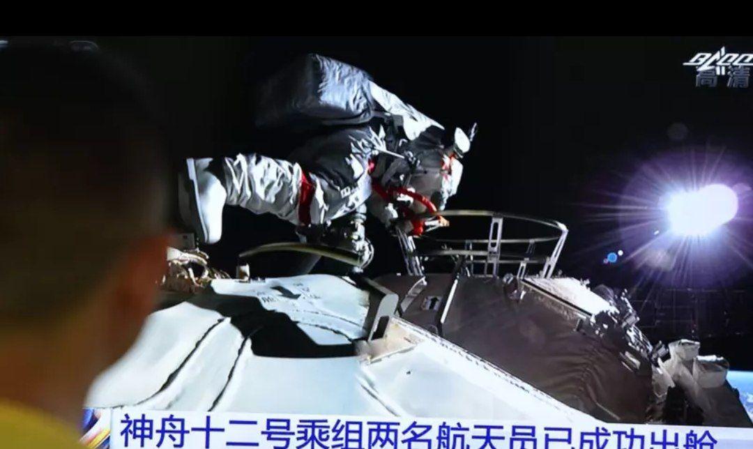 Astronautas em módulo chinês fazem primeira caminhada espacial