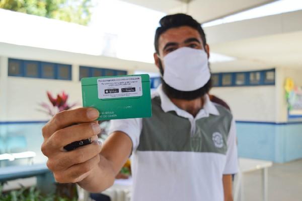 Beneficiados com o auxílio cesta básica em Crato começam a receber o cartão alimentação